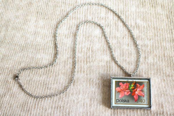 Dzikie Twory - naszyjnik ze znaczkiem pocztowych z 1972 roku - kwiat różanecznik