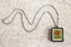 Dzikie Twory - naszyjnik ze znaczkiem pocztowych z 1980 roku - grzyb okratek czerwony
