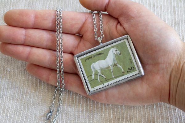 Dzikie Twory - naszyjnik ze znaczkiem pocztowych z 1984 roku z Rumunii - koń lipicański, wielkość wisiorka